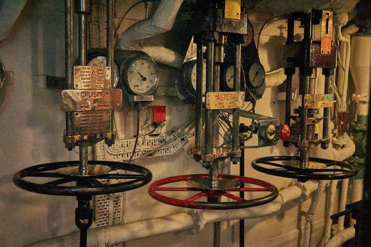 Ezekkel a szelepekkel nyitották-zárták a gőz útját az egyes turbinákra, és mind a négy turbinahelyiségben meg kellett tenni, szóval a gépházban is sokan dolgoztak