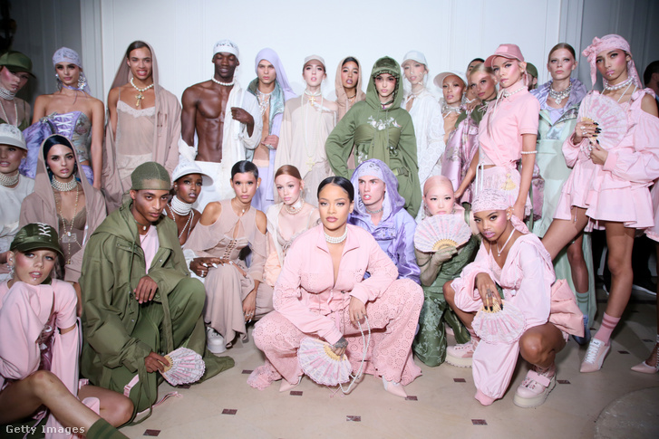 Rihanna a 2016-os Fenty x Puma divatbemutató modelljeivel Párizsban