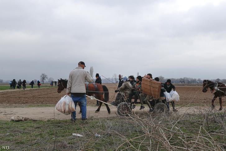 Menekültek lovaskocsin a Pazarkule határátkelőhöz tartanak a törökországi Edirne térségében 2020. március 5-én