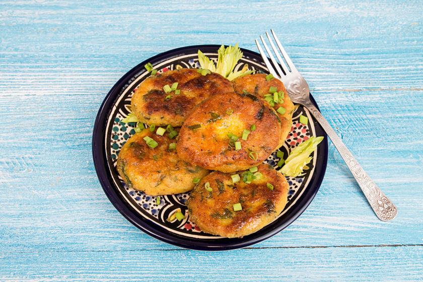 Tócsni a burgonyán túl mindenféle zöldségből készülhet, csicseriből kellemesen puha lesz. A tojás még gazdagabbá, a fokhagyma szívbaráttá teszi. Tepsiben is kisüthető, így elkerülhető az olajos végeredmény.