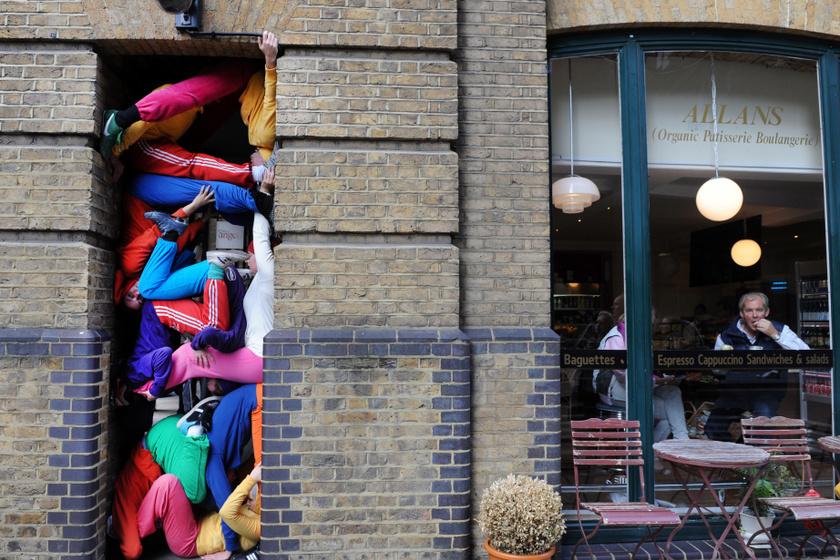 Dorner így szerette volna felhívni a figyelmet arra, mennyire meg kell manapság húzniuk magukat az utcai művészeknek