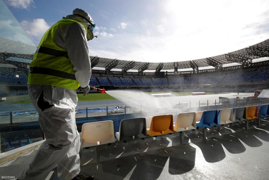 Futballstadiont fertőtlenítenek Nápolyban 2020 március 4-én.