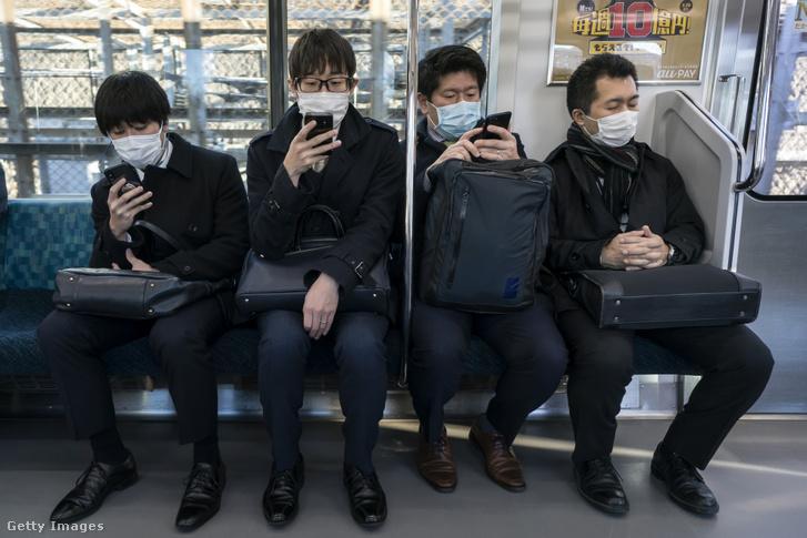 Utasok a tokiói metrón 2020 március 5-én