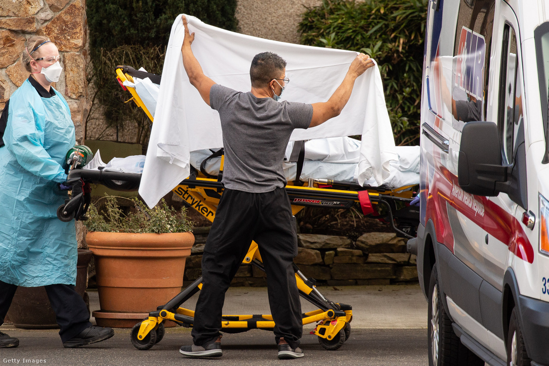 Koronovírus-gyanús beteget szállítanak kórházba Washingtonban 2020 február 29-én.