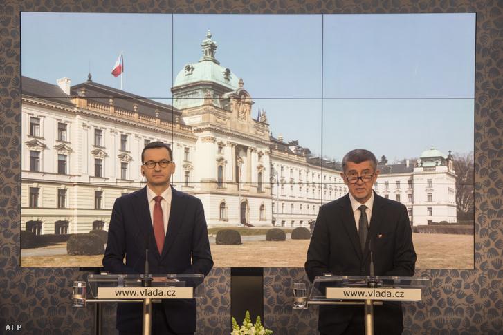 Mateusz Morawiecki Lengyelország miniszterelnöke és Andrej Babis a Cseh Köztársaság miniszterelnöke közös sajtótájékoztatót tart a Visegrad-csoport (V4) képviselőinek találkozója után, amely a koronavírusra reagáló intézkedésekre összpontosít. 2020. március 4.