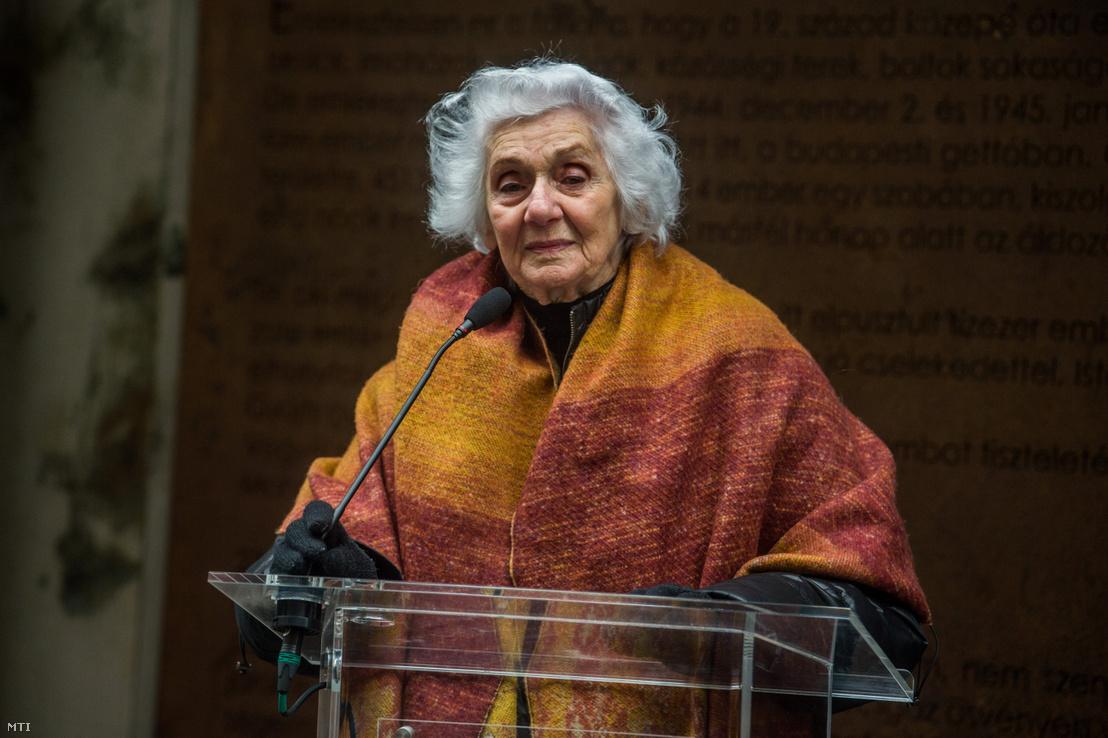 Fahidi Éva író, holokauszttúlélő beszédet mond a budapesti gettó felszabadulásának 75. évfordulója alkalmából tartott megemlékezésen az egykori gettó emlékfalánál a VII. kerületi Dohány utcában 2020. január 17-én.