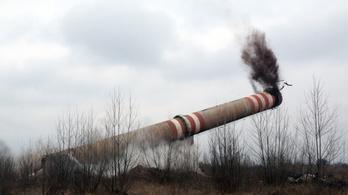 106 méter magas kéményt robbantottak fel Sajókeresztúron