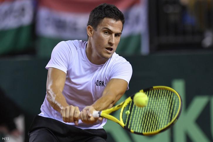 Balázs Attila a belga Ruben Bemelmans ellen játszik a Magyarország–Belgium tenisz Davis-kupa-selejtezőben a debreceni Főnix Csarnokban.