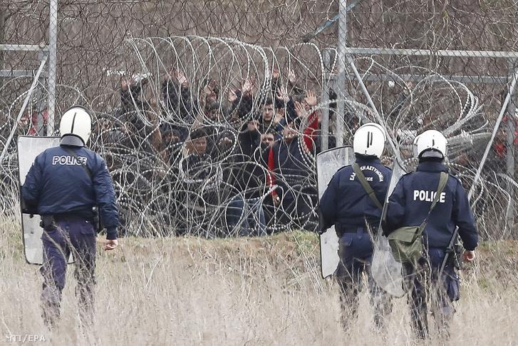 Görög rohamrendőrök védik a görög-török határt a török oldalon gyülekező illegális bevándorlók ellen Kasztanieszben 2020. március 4-én