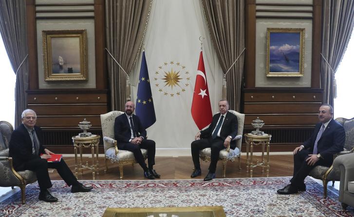 Recep Tayyip Erdogan török elnök (j2) fogadja Charles Michelt az Európai Tanács elnökét (b2) és Josep Borrellt az Európai Unió főképviselőjét (b) valamint Mevlüt Cavusoglu török külügyminisztert 2020. március 4-én