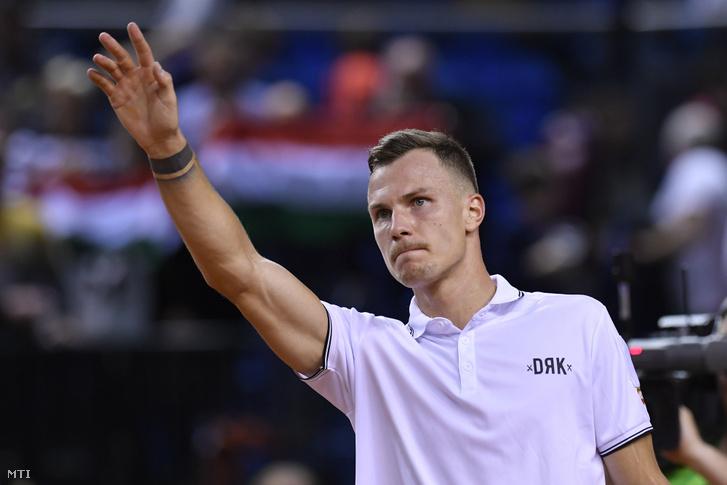 A győztes Fucsovics Márton a belga Kimmer Coppejans ellen játszott, a Magyarország-Belgium tenisz Davis-kupa-selejtező egyéni mérkőzés végén a debreceni Főnix Csarnokban
