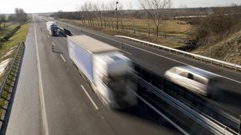 A koronavírus miatt feloldják a hétvégi kamionstopot