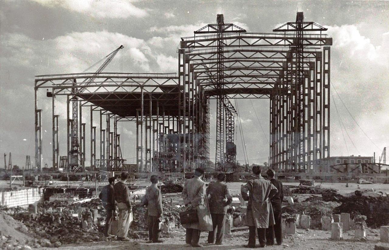 Hogy milyen is volt ez a szerkezet, és hogyan épült egy ilyen gyár, azt szépen megfigyelhetjük a tiszapalkonyi hőerőmű építésénél (Mátrai Gyula, Pászti Károly, Vasek László, 1952-1957.). A hatalmas pillérek és rácsos tartók szinte légiesen könnyűnek tűnnek, pedig 40-60 tonna súlyúak, és 35-38 méter hosszúak. Első ránézésre mintha vasból lennének, pedig betonszerkezetekről van szó.Ha már itt járunk, érdemes megemlíteni, hogy a tiszapalkonyai erőmű építői közül nem az építészek a leghíresebbek, hanem az egyik raktáros. Hamvas Bélának hívták.