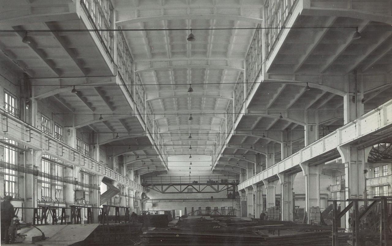 Az angyalföldi Ganz Hajógyár szerelőcsarnoka (Mátrai Gyula, Pászti Károly, Vasek László, 1953.), olyan mint egy katedrális. A cél az volt, hogy minél nagyobb belső teret hozzanak létre, minél több természetes fénnyel. (Egy mai üzemépületnél ez utóbbi már nem szempont.) Hogy ezt elérjék, felülvilágítókat terveztek, a szerkezetet pedig vasbetonból alakították ki. A keretelemeket a helyszínen gyártották le előre, és utána azokból állították össze az épület szerkezetét.