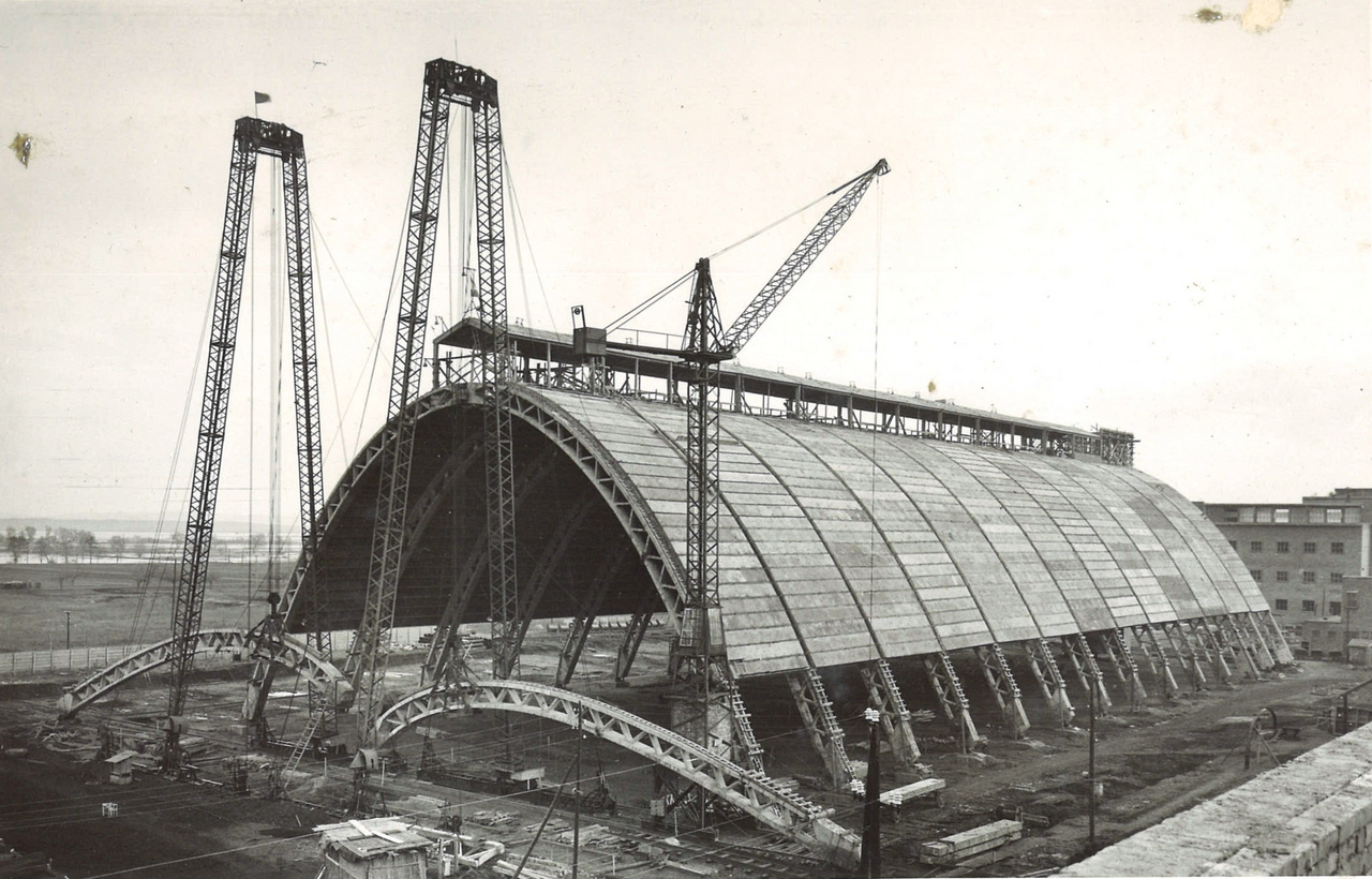 Nemzetközi szinten is kiemelkedő alkotás a Borsodi Vegyi Kombinát pétisóraktára Kazincbarcikán (Gnädig Miklós,  Horváth Gyula, 1952-1953). Egyetlen óriási zsalut kellett megépíteni, mellyel 30 darab félívet öntöttek ki betonból. A kép előterében látszanak ezek az elemek, beemelés előtt. Az építmény méretei (több mint 46 méteres fesztáv) jól érzékelhetők a mögötte álló, emeletes épülethez képest.