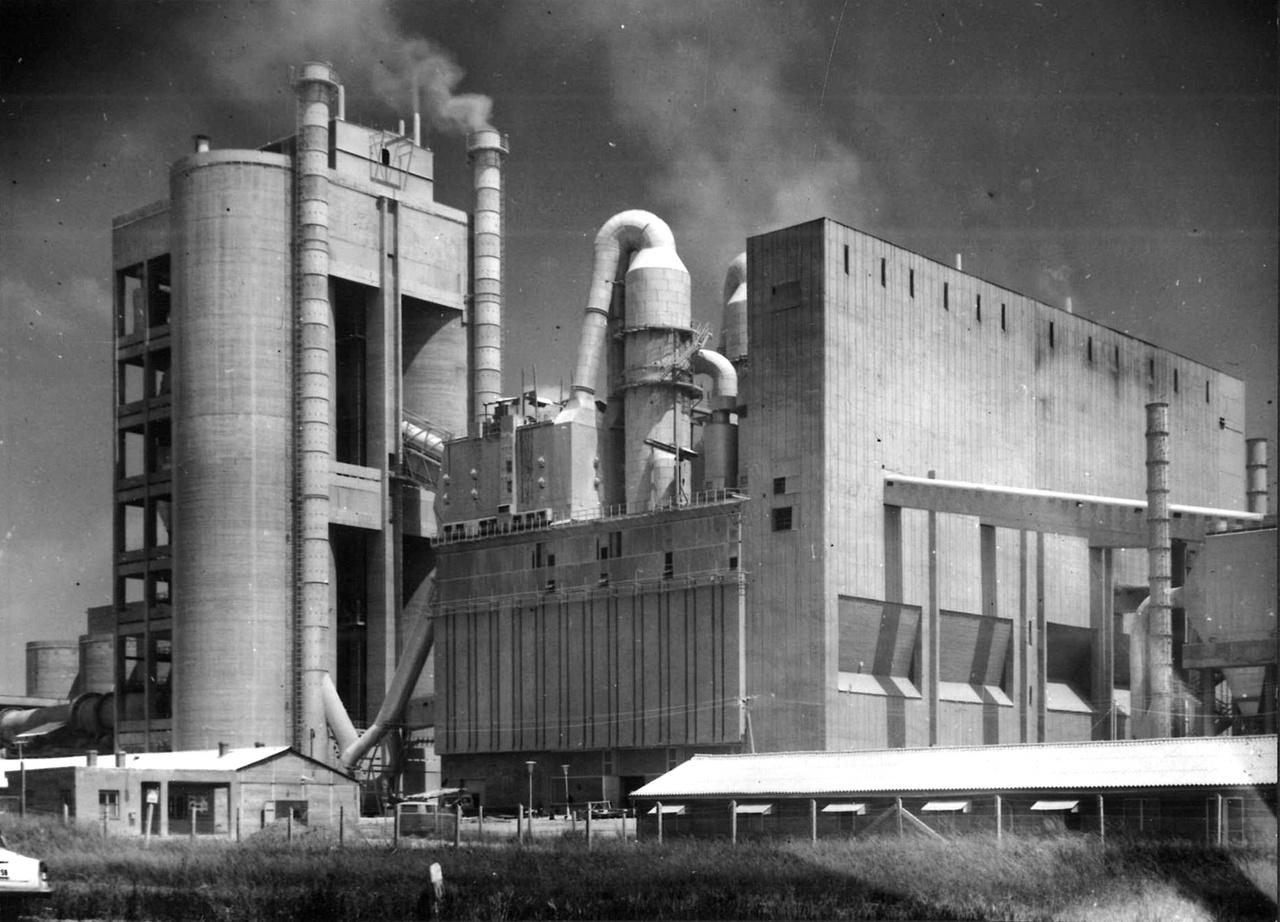 """Bár korábban is akadtak példák arra, hogy a technológia """"eluralkodott az épületen"""", azért az ötvenes-hatvanas évek nagy részében az építészek kordában tartották azt. Az ipari épületek is """"épületszerűek"""" voltak. Később azonban előtérbe kerültek azok a megoldások, amelyeknél a gyár egyre kevésbé hasonlított egy házhoz, egyre inkább egy óriási gépre emlékeztetett. A Beremendi Cementgyárnál minden épületelemet más csapat tervezett, az eredmény mégis egy koherens egység lett 1972-re. Ez azonban már egy másik fejezet kezdete a magyar ipari építészet történetében."""