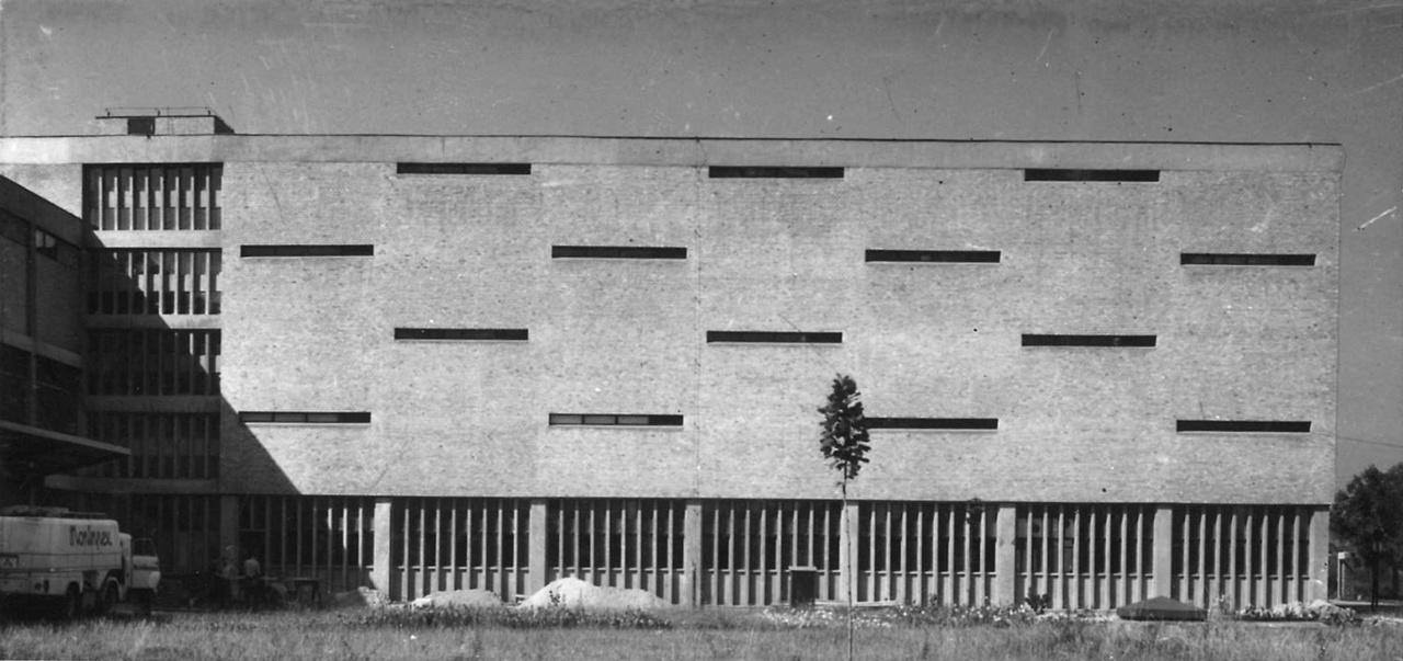 A MONIMPEX Vállalat Export Borpalackozója Budafokon olyan, mintha maga is exportra készült volna 1958 és 1960 között. Az Emődy Attila, Iványi Gyula, Szeleczky Ferenc tervezte ház egyszerű, kifinomult belső rendszere a homlokzatán is tükröződik. Olyan mint egy gyönyörű absztrakt festmény.