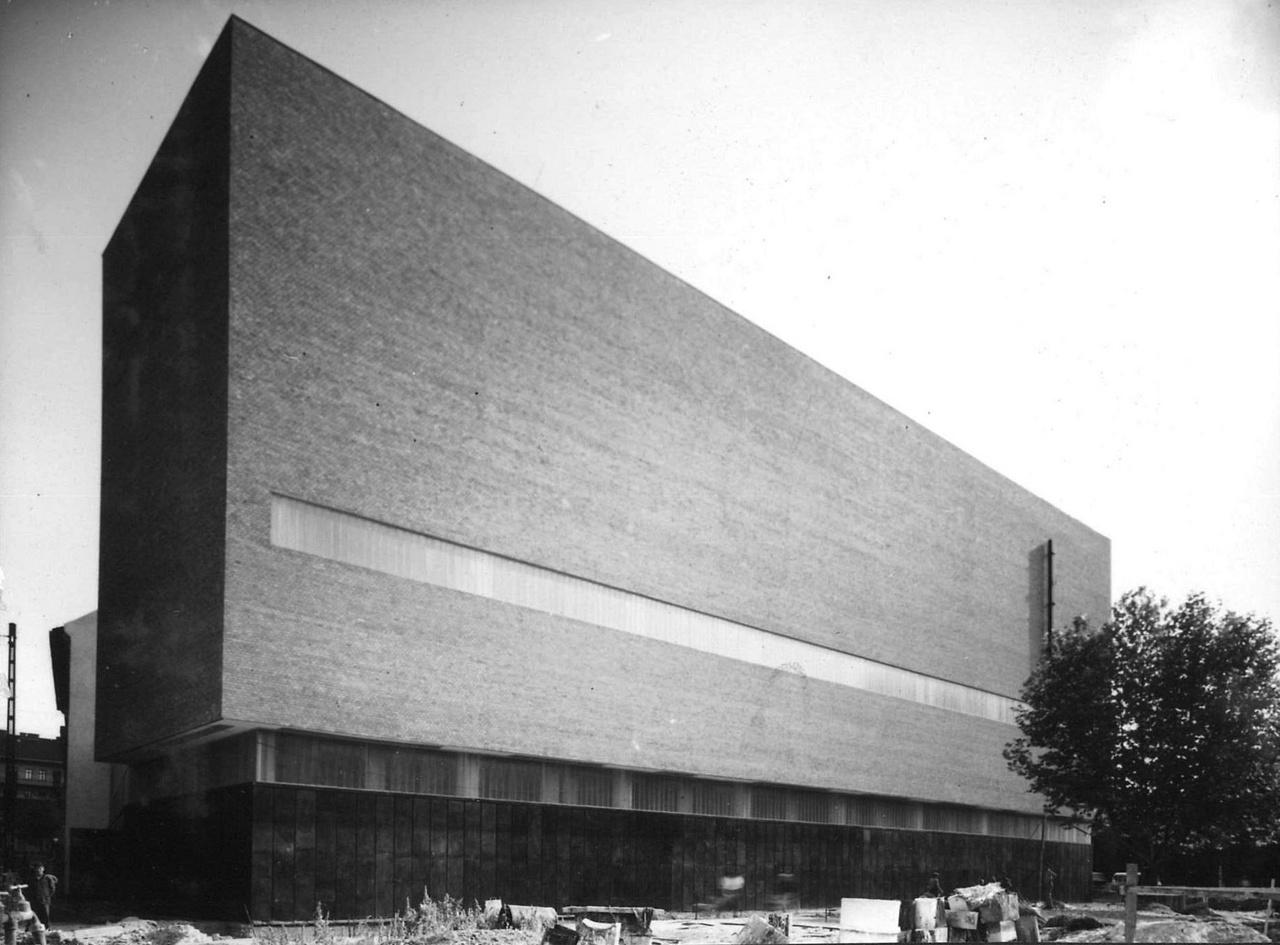 Léstyán Ernő és Szőke Lóránt Csarnok téri trafóháza (1965-1966) azzal került be a hírekbe pár éve, hogy elé épült a Meininger Hotel. Annak kapcsán esett szó arról, hogy miért is szerettem ezt a házat.