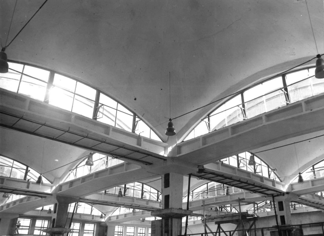 Miközben a hatvanas években megkezdődött a lakótelepek uniformizálása, és a lakóháztervezők többsége csak panelekből rakhatott össze sivár épületeket, az ipari építészek egy része tobzódhatott a formák gazdagságában. Kismotor- és Gépgyár, Kelenföld. A tervező a kutatás jelenlegi állása szerint nem ismert. Feltehetően az 1960-as évek első felében épült.