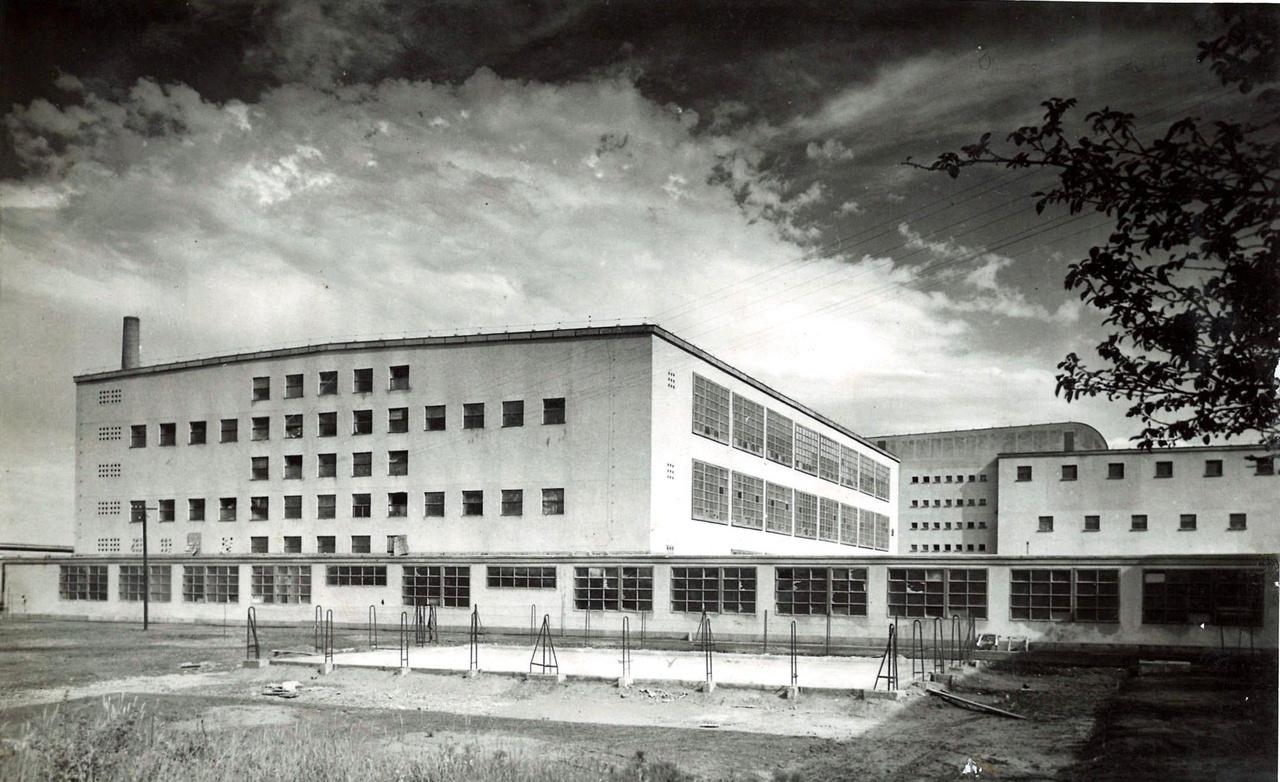 A reflektorfényben a nehézipar, és a gigantikus csarnokok voltak. Ugyanakkor az ország üzemeinek jelentős része többszintes épületben működött. Szép példája ennek a Kaposvári Fonoda (Kiss Ferenc, Böhönyey János, Pesti Tibor, 1950-1951.) jó arányú épülete, mely szintén sok előregyártott elemet tartalmazott. Szinte a Bauhaus-épületegyüttes szellemiségét viszi tovább modernista tisztaságával.