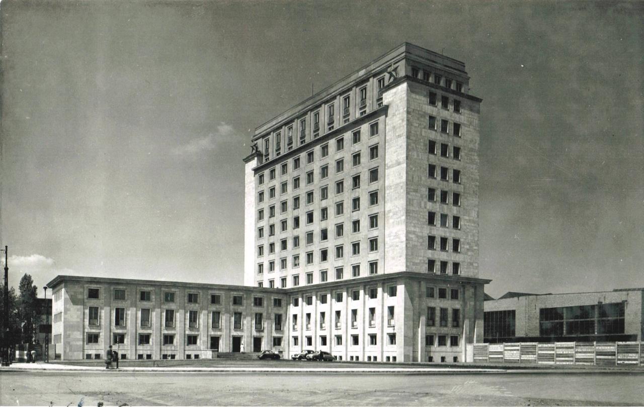 A megvalósult, ma is álló, reprezentítv szocreál épületek közül a Ganz Vagon- és Gépgyár igazgatósága az egyyik legismertebb, Józsefvárosban, a Könyves Kálmán körúton. A Palcsik Sándor, Virágh Pál tervezte, 1951-1954 között épült ház akár Moszkvában is állhatna.