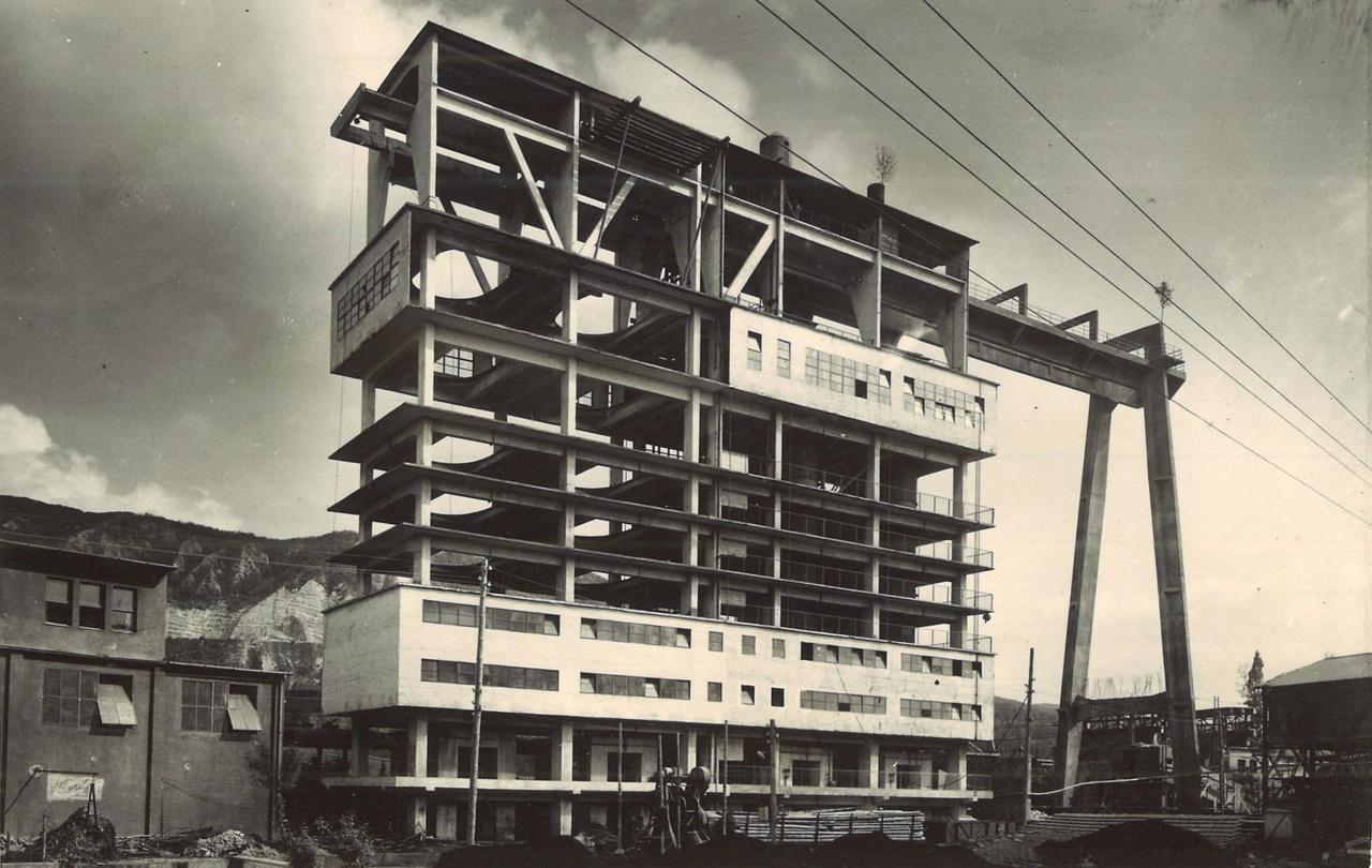 Voltak technológiák, ahol a gépészet megkívánta szerkezetet nem lehetett, vagy teljesen felesleges lett volna a hagyományos építészeti formákba illeszteni. Ez a korához képest meghökkentően modernnek ható konstrukció a bélapátfalvi cementgyár mészégetője. Misley Sándor, Pesti Tibor, Péry Vilmos munkája 1950-ből.