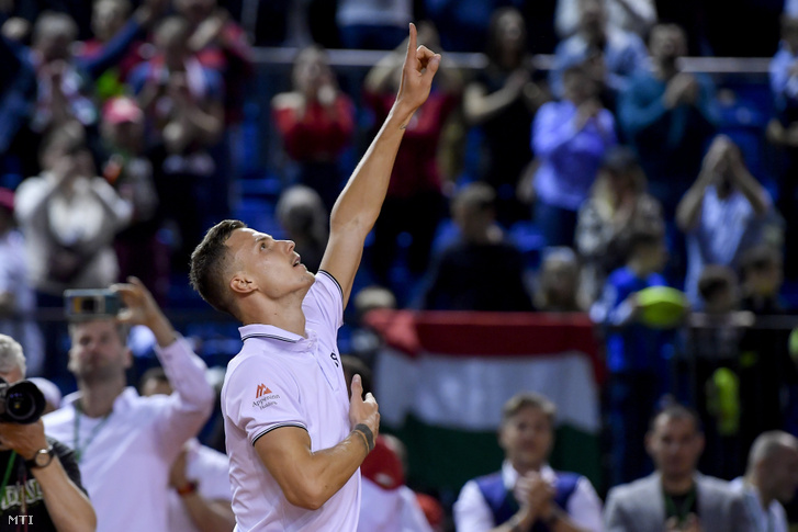 Fucsovics Márton örül a belga Ruben Bemelmans elleni győzelmének a Magyarország-Belgium tenisz Davis-kupa-selejtezőjének egyéni mérkőzése végén a debreceni Főnix Csarnokban
