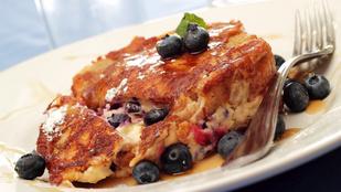 Még egy klassz ötlet hétvégi brunchra: bundás kenyér casserole áfonyával