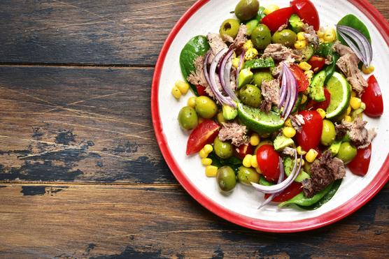 Olívabogyóval és lila hagymával pimpelheted még finomabbra.