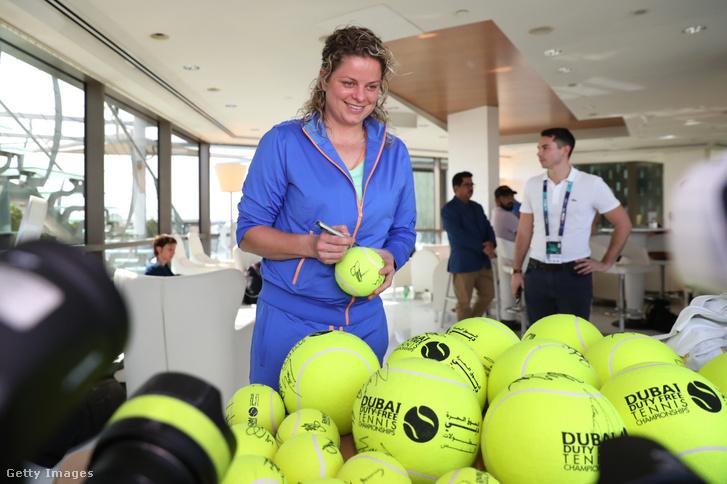 Kim Clijsters szingóz teniszlabdákat Dubajban