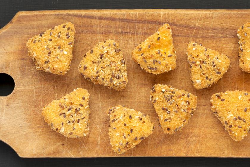 Ropogós, szezámmagos sajtfalatok: így panírozd, hogy ne folyjon ki a sajt