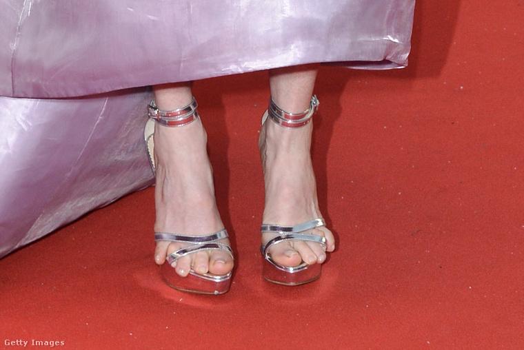 A színésznő a lelógó lábujjak kapcsán csak annyit mondott, hogy vékony volt a cipő talpa, és eszébe sem jutott, hogy ilyen tragédia torkollik majd a lábbelije viselése.