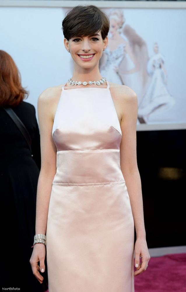 Hathaway ugyan elvitte a legjobb női mellékszereplőnek járó díjat, a mellei is életre keltek ebben a ruhában