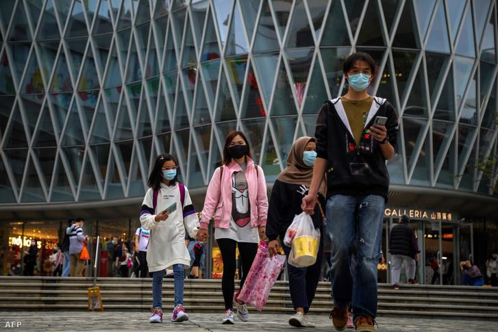 A koronavírustól tartó, maszkot viselő emberek Hongkong utcáin, 2020. március 3-án.