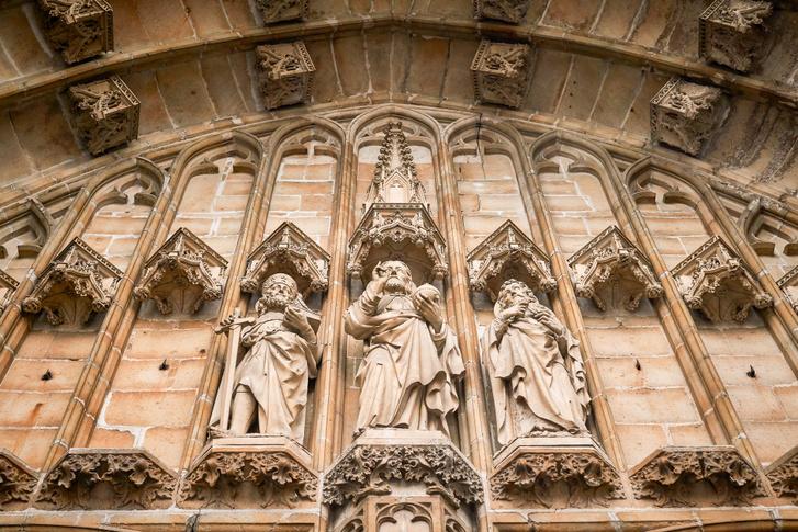 Gent gazdag város volt a XIV-XVI. században, így a gótikus katedrálist folyamatosan díszítették. Nevét az ide visszavonult frank szerzetesről, Szent Bávóról kapta