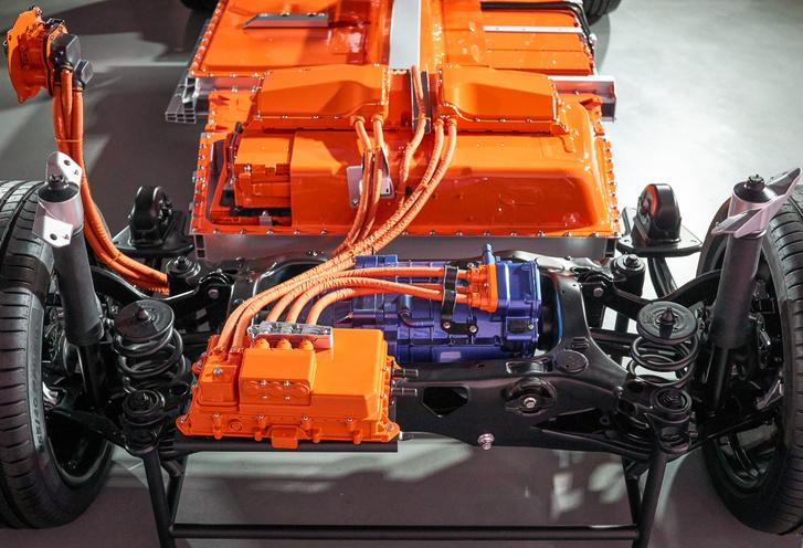 Az akkucsomag tetején csücsül a vezérlő elektronika, ahol elosztják az áramot az első- és hátsó motorok felé. Itt a hátsó látszik, kékre festve