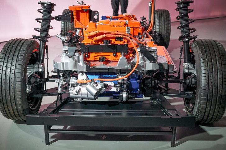 Az első motor, és felette az inverter magasabb, mint hosszú, elfér még a kocsi orrában 31 liternyi csomagtér is