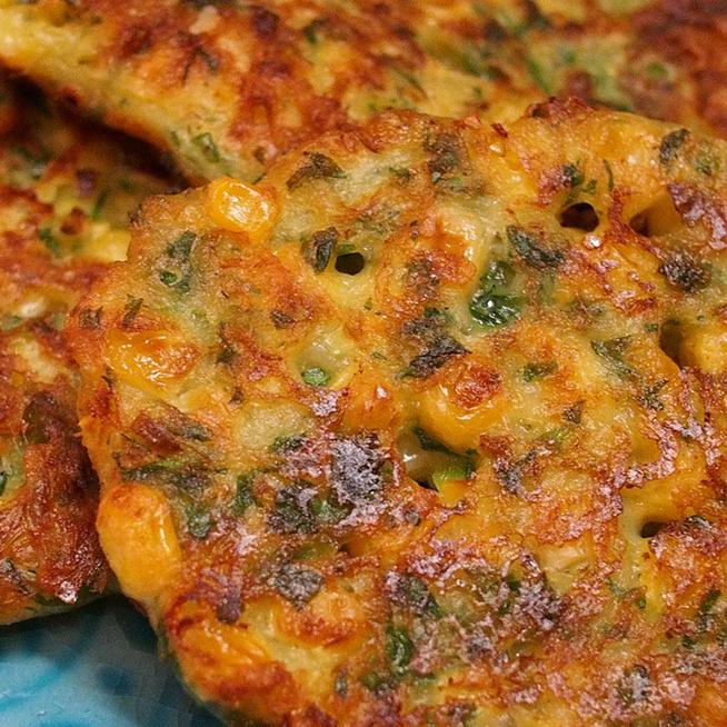 Zöldfűszeres, kukoricás tócsni sajttal: laktató, zöldséges finomság