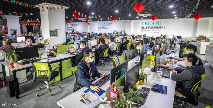 Alkalmazottak dolgoznak a 3D-s nyomtatókat gyártó kínai vállalat a Creality irodájában 2020. március 6-án