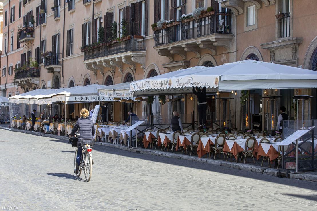 Néptelenek a vendéglátóhelyek a járvány miatt Róma belvárosában 2020. március 4-én.