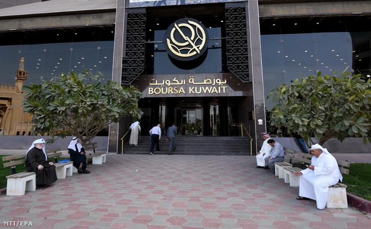 A kuvaiti tőzsde épületének bejárata Kuvaitvárosban 2020. március 9-én. A börzén felfüggesztették a kereskedést mert az irányadó index 10 százalékkal zuhant miután négyéves mélypontra csökkent a kőolaj világpiaci ára a határidős jegyzésekben. Előzőleg Szaúd-Arábia bejelentette áprilistól hordónként 6-8 dollárral csökkenti minden nyersolajtermékének árát és napi 10 millió hordó fölé emeli kitermelését.