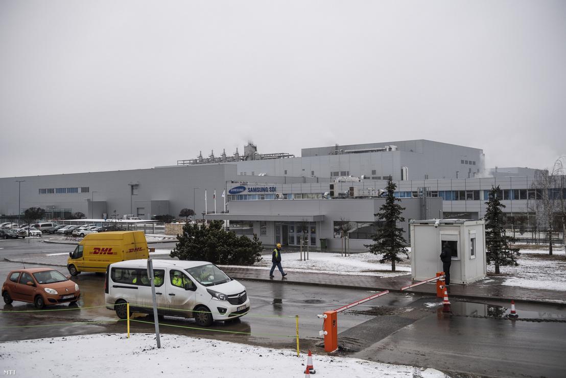 A gödi Samsung SDI gyár 2020. január 28-án. A gyár a koronavírus terjedése miatt munkába állás előtt karanténba helyezi és orvosi vizsgálat alá vonja Kínából érkezõ alkalmazottjait bár a céget érintően semmilyen járványügyi intézkedés nincs. A karanténon kívül fokozott fertőtlenítést vezettek be a közös helyiségekben és a folyékony szappan mellett alkoholos kézfertőtlenítőket is kihelyeztek.