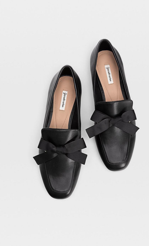 Ez a fekete loafer nemcsak kényelmes, de a masnis díszítés még nőiesebbé is teszi. Tökéletes választás az irodába, a rohanós hétköznapokhoz, de még a hétvégi programokhoz is. A Stradivariusban 8995 forintért lehet a tiéd.