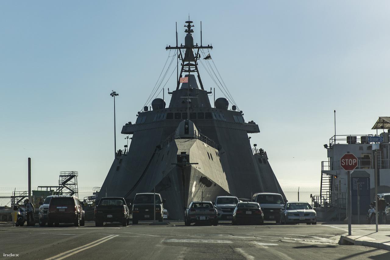 A 2014 óta szolgálatban lévő USS Coronado (LCS-4) szemből nézve igazán tekintélyt parancsoló látványt nyújt.