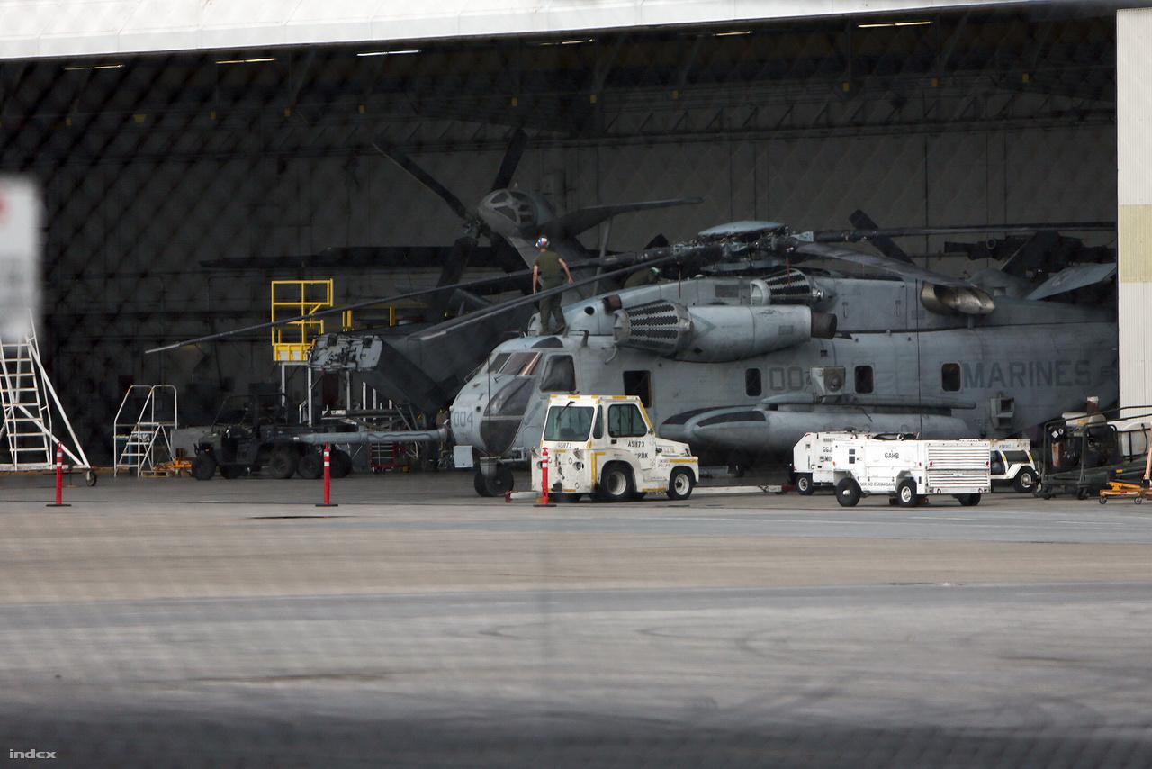 Egy Sikorsky CH-53E Super Stallion a tengerészgyalogság egyik javítóhangárjában.