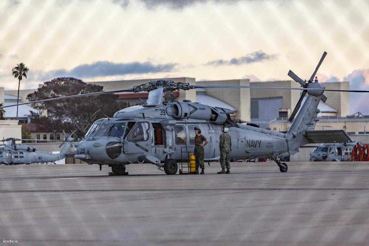 A USS Carl Vinson repülőgéphordozón szolgáló, 168537-es lajstromjelű Sikorsky MH-60S Seahawk helikopter a haditengerészet légibázisán.
