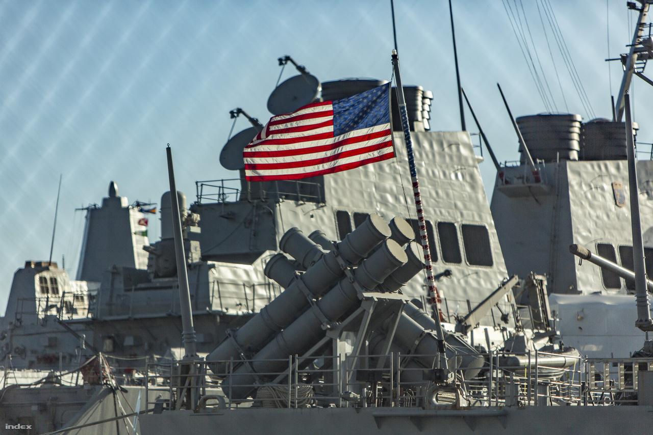 Egy Ticonderoga osztályú cirkáló komplex fegyverzetének egy része: nyolc indítótubus, amikben RGM-84 Harpoon irányítható hajóromboló rakéták pihennek.