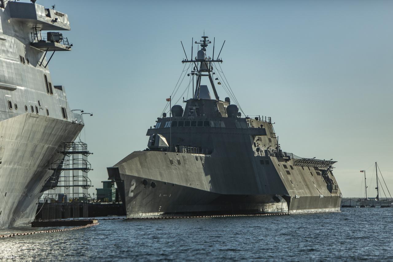 Az Independence-osztály névadó vezérhajója, a 2010 óta szolgálatban lévő USS Independence (LCS-2) partközeli trimarán csatahajó (littoral combat ship).