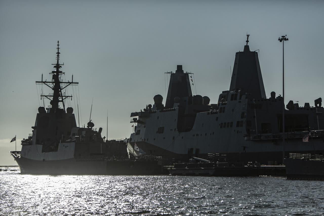 A San Diego-öböl keleti oldalán, a haditengerészeti bázis (Naval Base San Diego) mólóinál több tucat hadihajó pihen, a képen jobbra egy San Antonio-osztályú partraszállító-hajó látható, balra pedig egy újabb érdekesség, az Ausztrál Királyi Haditengerészet HMAS Hobart (DDG 39) légvédelmi rombolója, a  Hobart-osztály névadója – amerikai látogatáson.