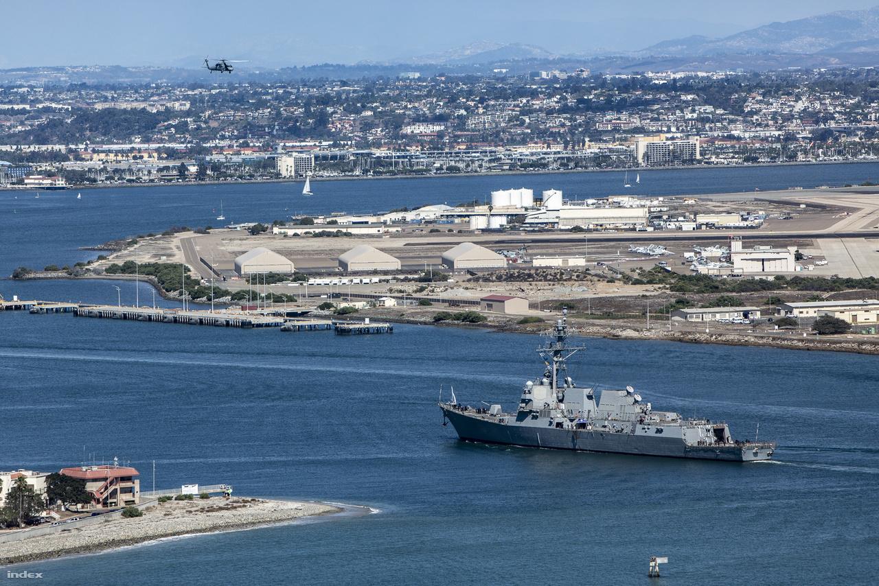 A 2004 óta szolgálatban lévő USS Pinckney (DDG-91), Arleigh Burke-osztályú, irányított rakétákkal felszerelt romboló hajózik a haditengerészet légibázisa (North Island Naval Air Station) mellett, fölötte egy Black Hawk helikopter halad ellentétes irányba.